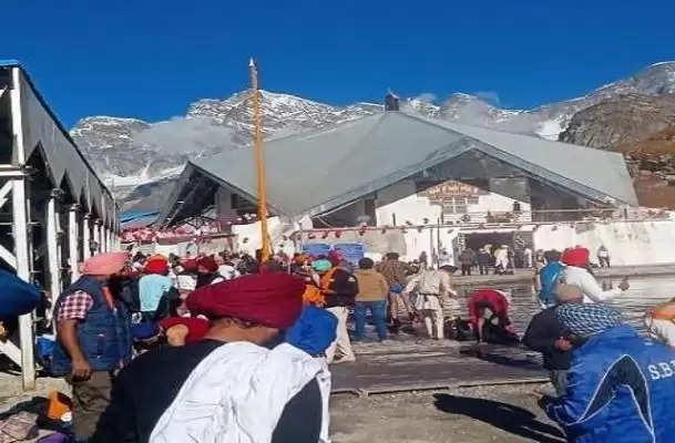आज से शीतकाल के लिए बंद हुए गुरुद्वारा हेमकुंड साहिब के कपाट